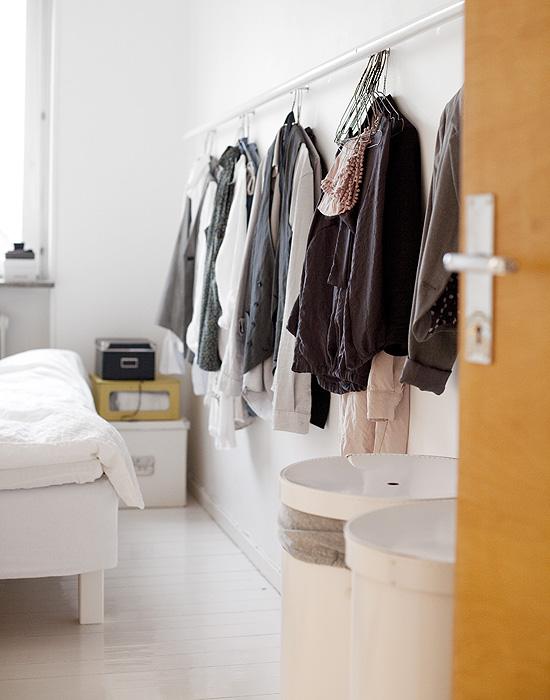 Cuatro buenas ideas mi casa no es de mu ecas blog y - Barra colgar ropa ...