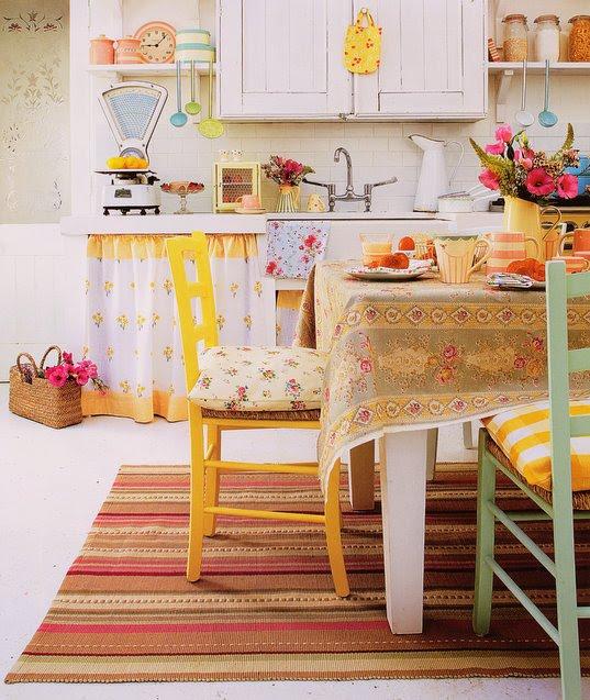 Cocina con textiles bohemios y sillas pintadas