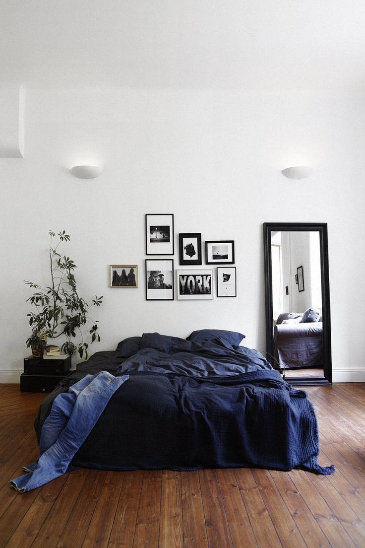 varias piezas de arte en el dormitorio 01