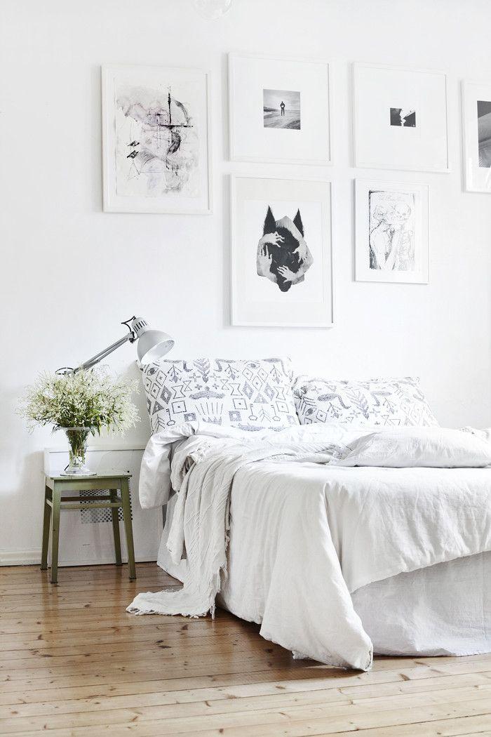 varias piezas de arte en el dormitorio 04
