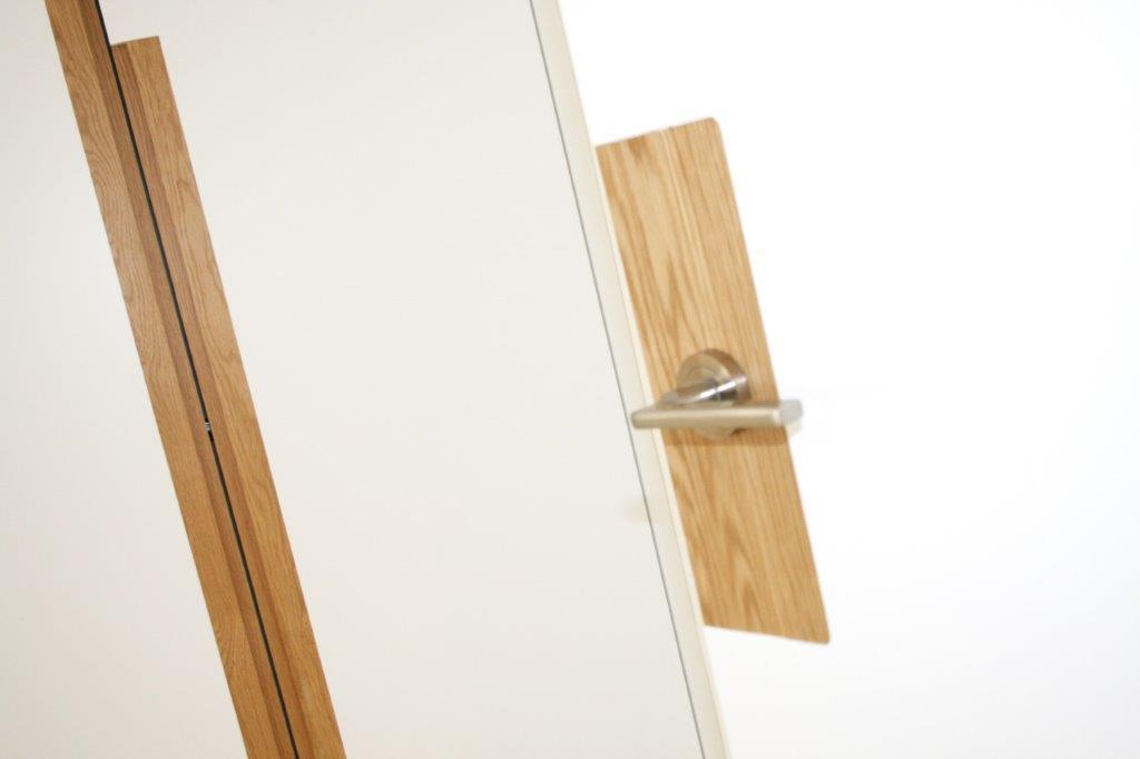 Puerta lacada blanca con detalle en roble 03