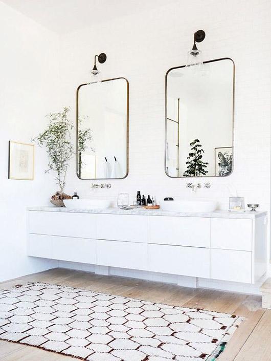 Dos espejos en el baño 01